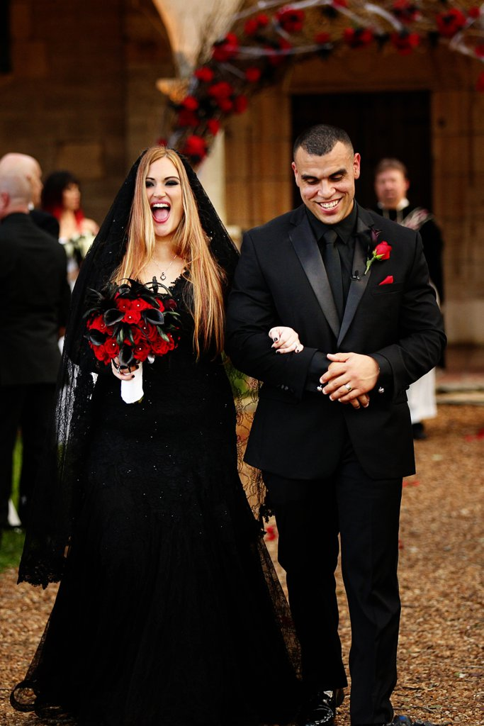 Feketében mondta ki az igent a menyasszony ezen a halloween-i hangulatú esküvőn
