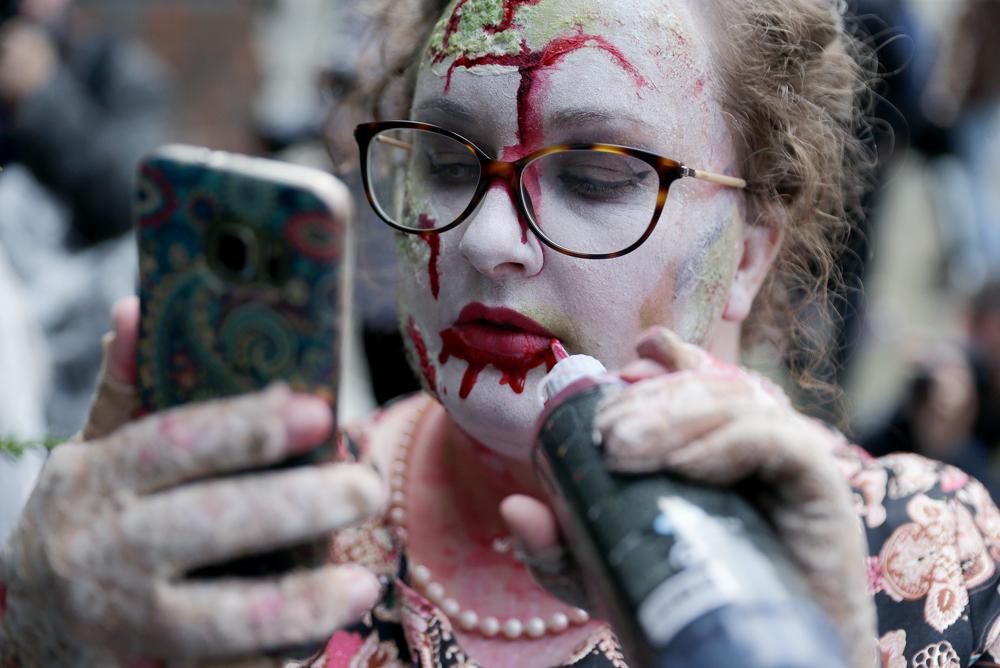 Zombik lepték el Londont - fotók csak erős idegzetűeknek!