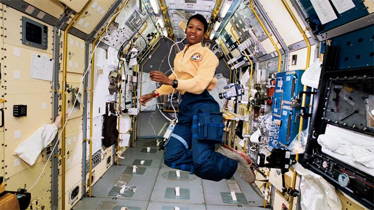 Az Endeavour űrsiklóhoz csatolt Spacelab Japan fedélzetén (Fotó: NASA)