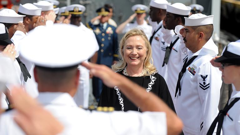 Hillary a USS Fitzgerald fedélzetén (Fotó: NOEL CELIS/AFP)
