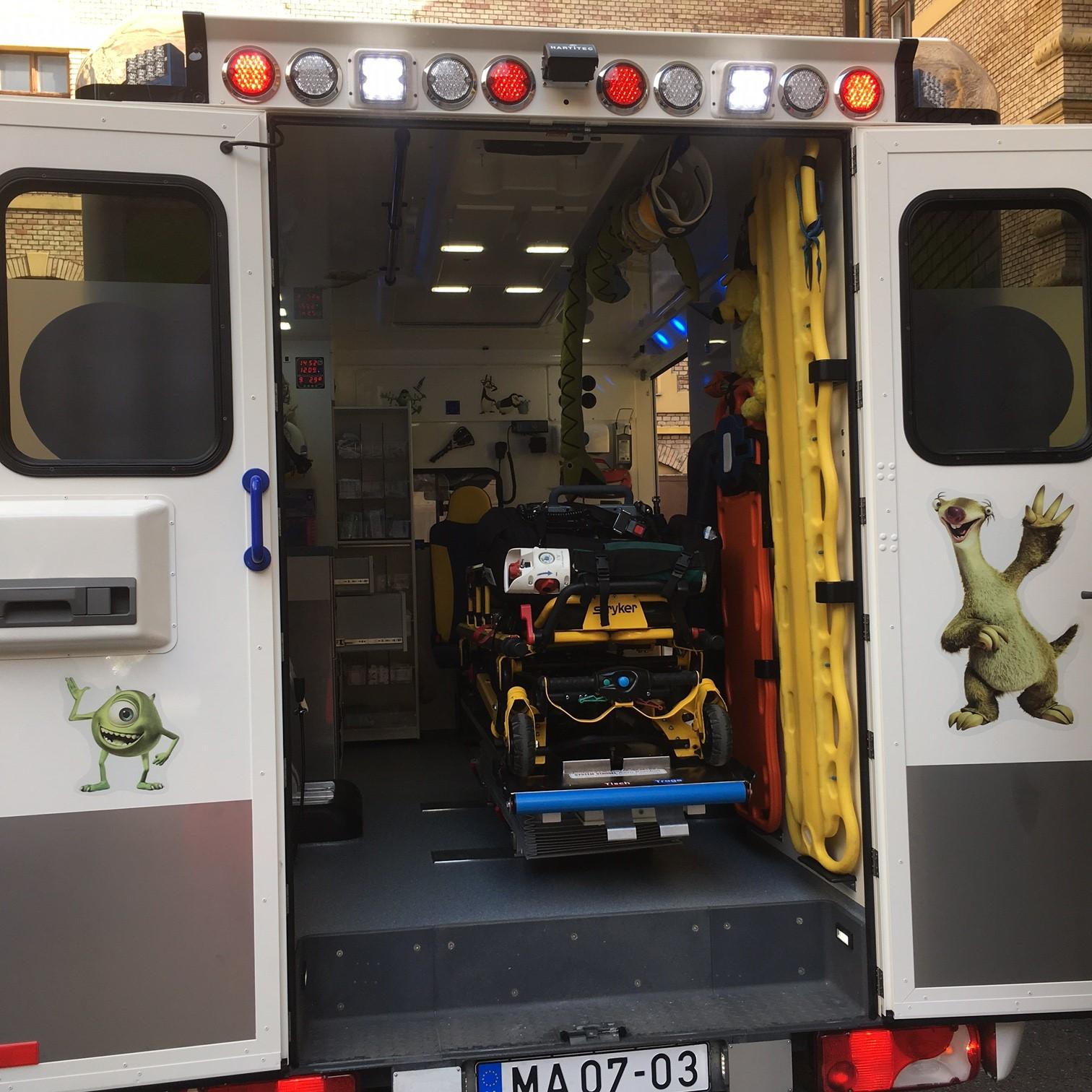 Őt ölelik a beteg kisgyerekek a mentőautókban