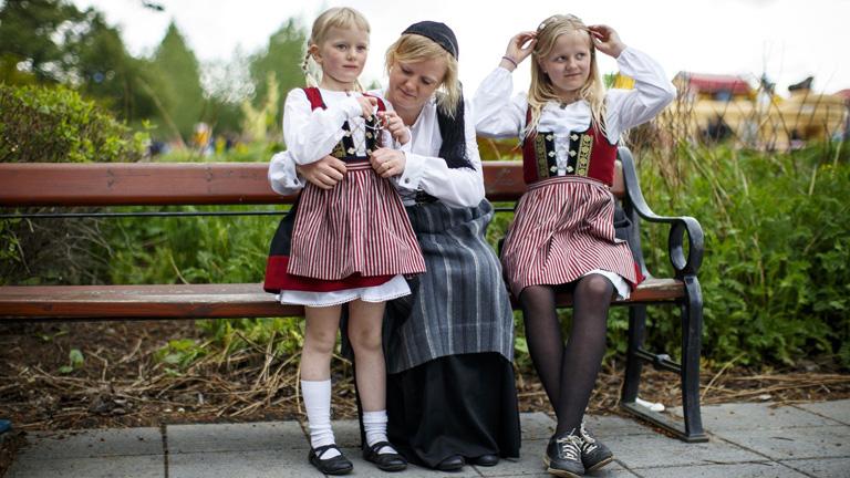 Anya és lányai izlandi népviseletben, nemzeti ünnep alkalmából (Fotó: Tolga Akmen)