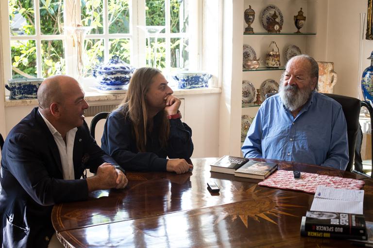 Bud Spencer római lakásán, 2014 októberében. Giuseppe Pedersoli a bal szélen, mellette az életrajzi kötet szerzője látható (Fotó: Németh Dániel)