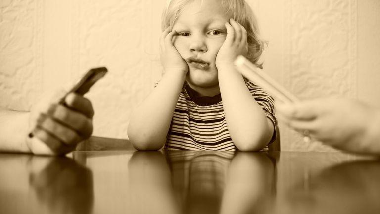 Az okostelefon hatással lehet a gyerekkel való kapcsolatodra - új tanulmány