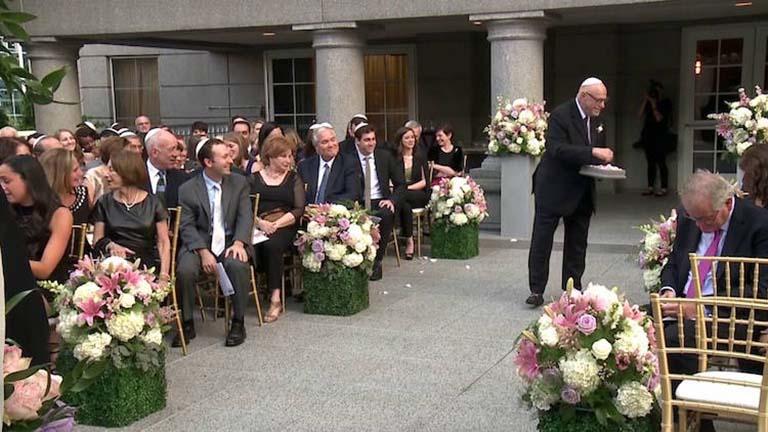 85 éves nagypapa hintette a virágokat az esküvőn
