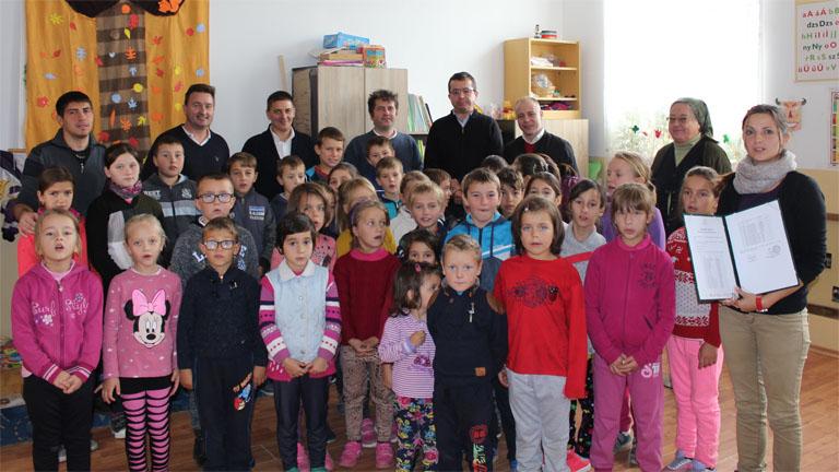 Csángó gyerekek és az adományozók képviselői