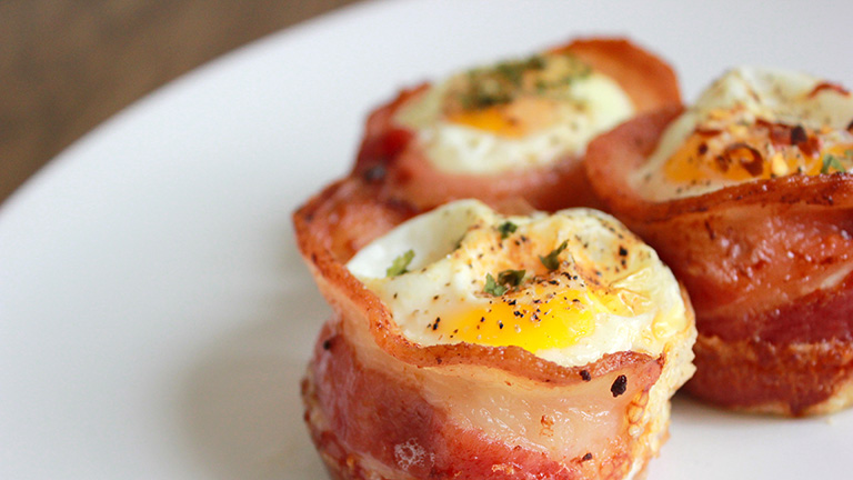 Látványos reggeli: tojás baconkosárkában