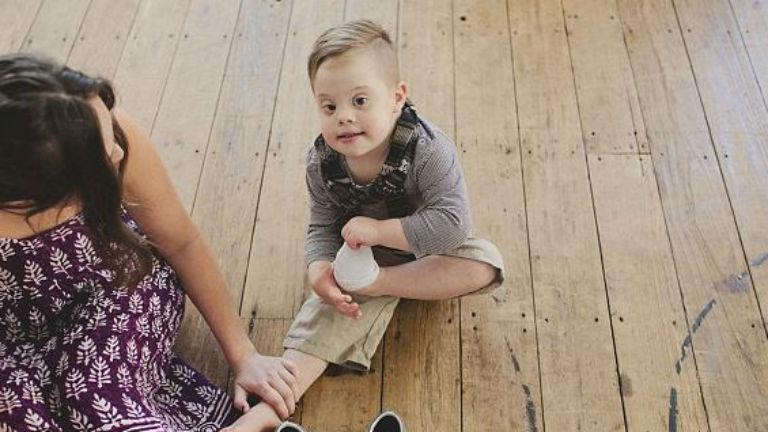 Puszit dobott fodrászának első hajvágása után a Down-os kisfiú