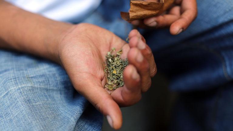 Kábítószer-kereskedelem miatt került előzetesbe egy rendőrnő