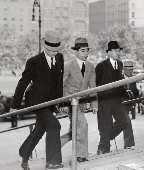 Lucky Lucianot a bíróságra kíséri két detektív, 1936 (Fotó: Bettmann)