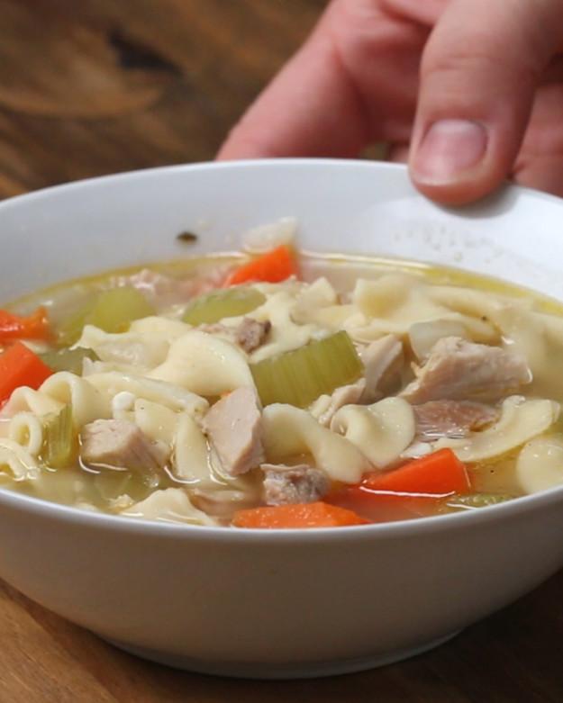 A hideg napokon készíts szívmelengető, laktató csirkés levest!