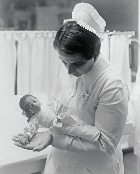 Coney Island-i nővér kezében egy koraszülött babával