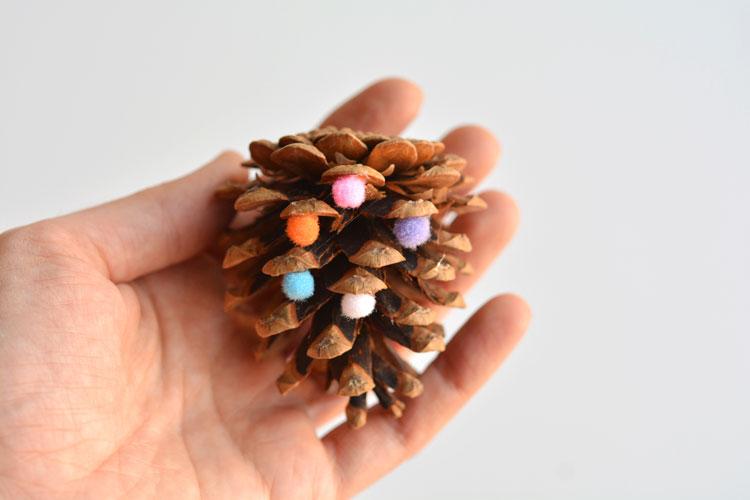 DIY karácsonyfadísz: mókás tobozok