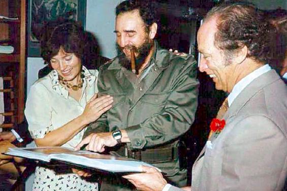 A Trudeau-házaspár és Fidel Castro egy fotóalbumot nézegetnek (Fotó: Tumblr)