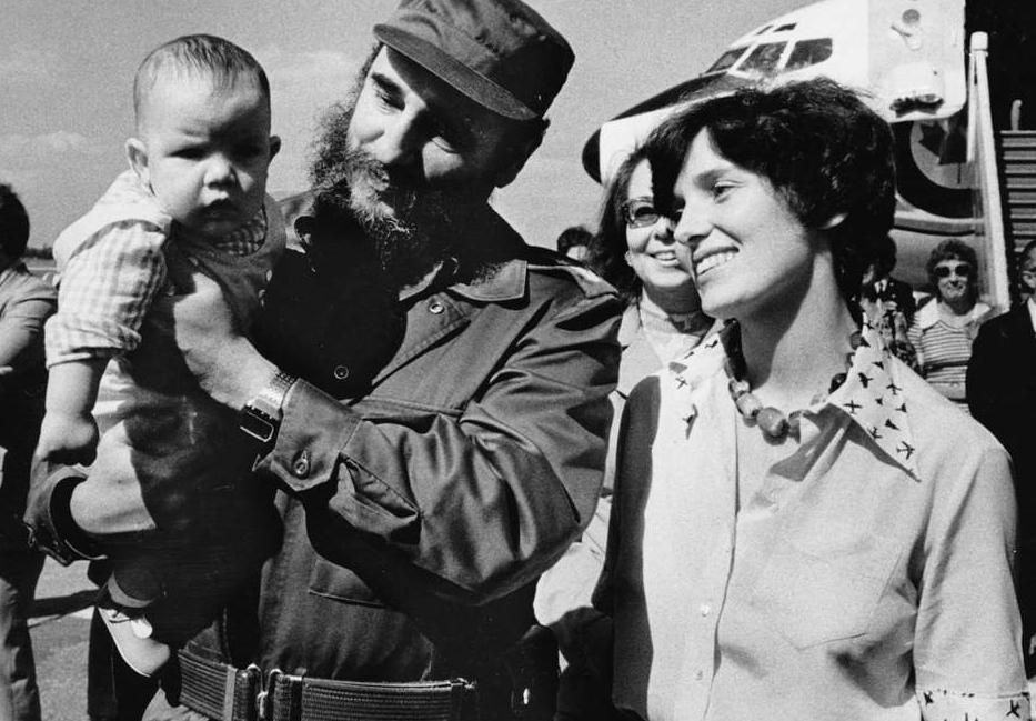 Justin Trudeau Fidel Castro kezében, Margaret Trudeau áhítattal figyel (Fotó: Tumblr)