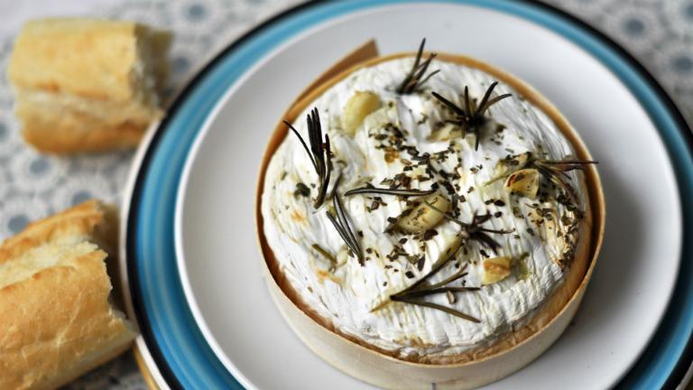 A tökéletes téli vacsora: zöld fűszeres sült camembert