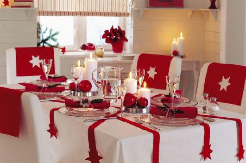 A piros-fehér ünnepi asztal kombináció teli találat. ne csak az ünnepekre, hanem az azt megelőző időszakra, adventre is érdemes kicsit kidíszíteni az étkező asztalát.