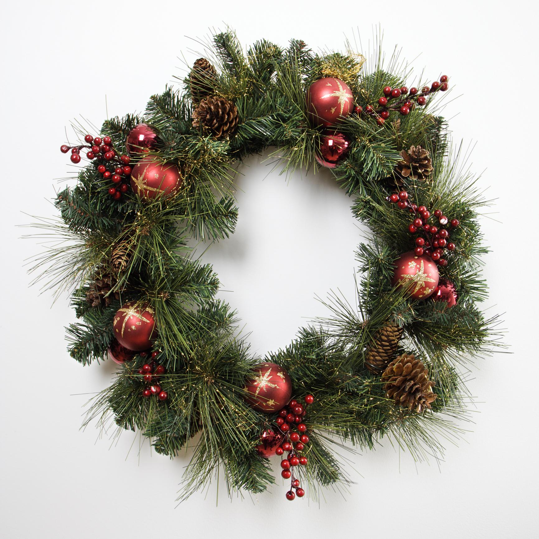 A bejárati ajtóra kirakott karácsonyi kopogtató a kültéri dekorálás egyik alap