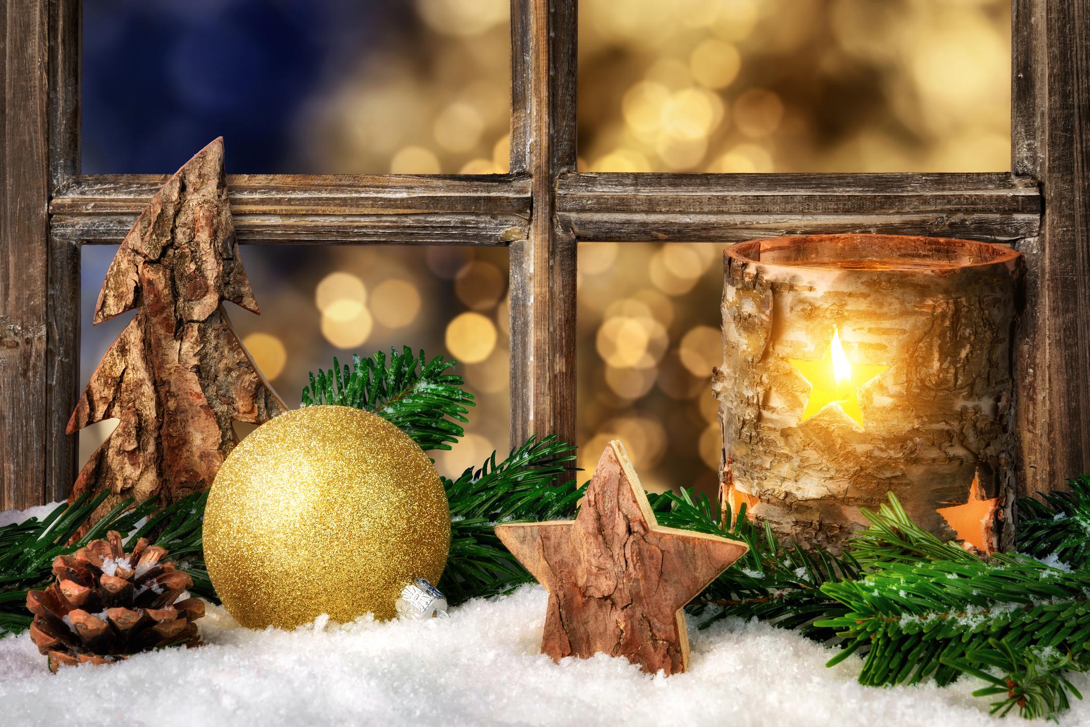 Ha a bejáratot nem szeretnéd túldíszíteni, akkor az ablakba is tehetsz karácsonyi dekorációt fából,