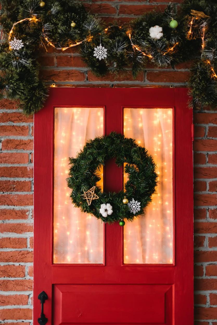 Ha megvan a karácsonyi kopogtató, a feldíszített girland, de nem szeretnél kültéri égősorra beruházni, pedig nagyon szeretnél valamilyen hangulatfényt, akkor azt a bejárati ajtód belső felére is felte
