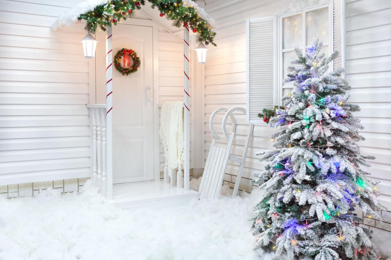 Ha lakásunk, házunk előtt van egy kis fenyőfa, azt érdemes feldíszíteni az ünnepekre. A bejárati ajtót a kopogtatón túl girlanddal is díszíthetjük.