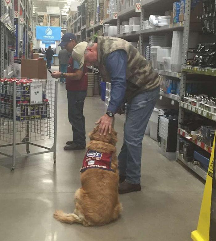 Végre dolgozhat a veterán, akinek kutyáját is felvették az üzletbe