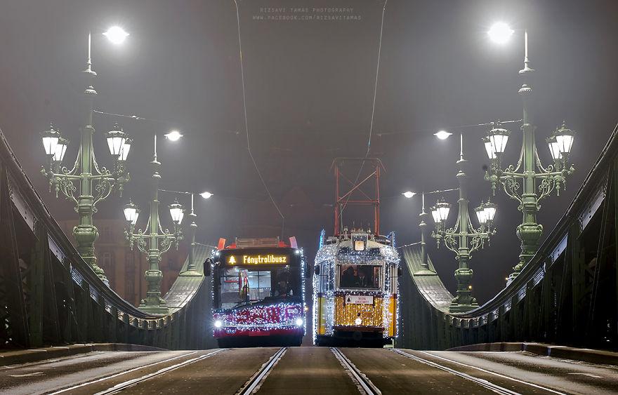 Híres lett Budapest kivilágított villamosa