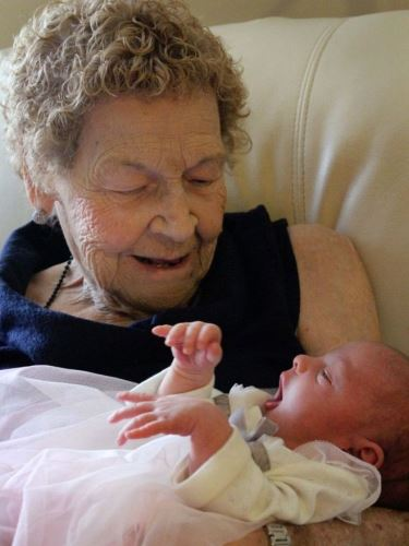 6 generációs fotó - szépunokáját tartja kezében a 96 éves nagyi