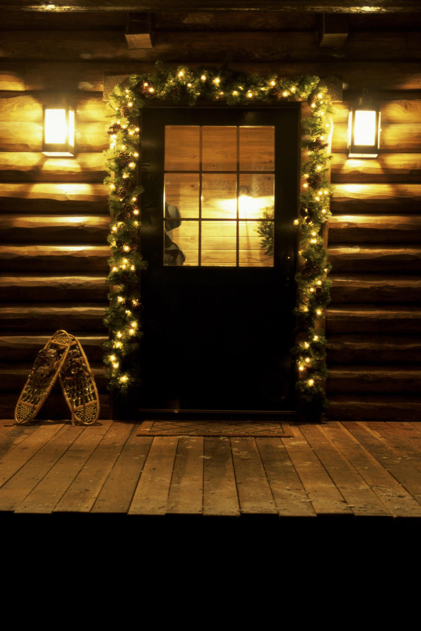 A bejárati ajtó karácsonyi fénybe öltöztetése nemcsak szép, de