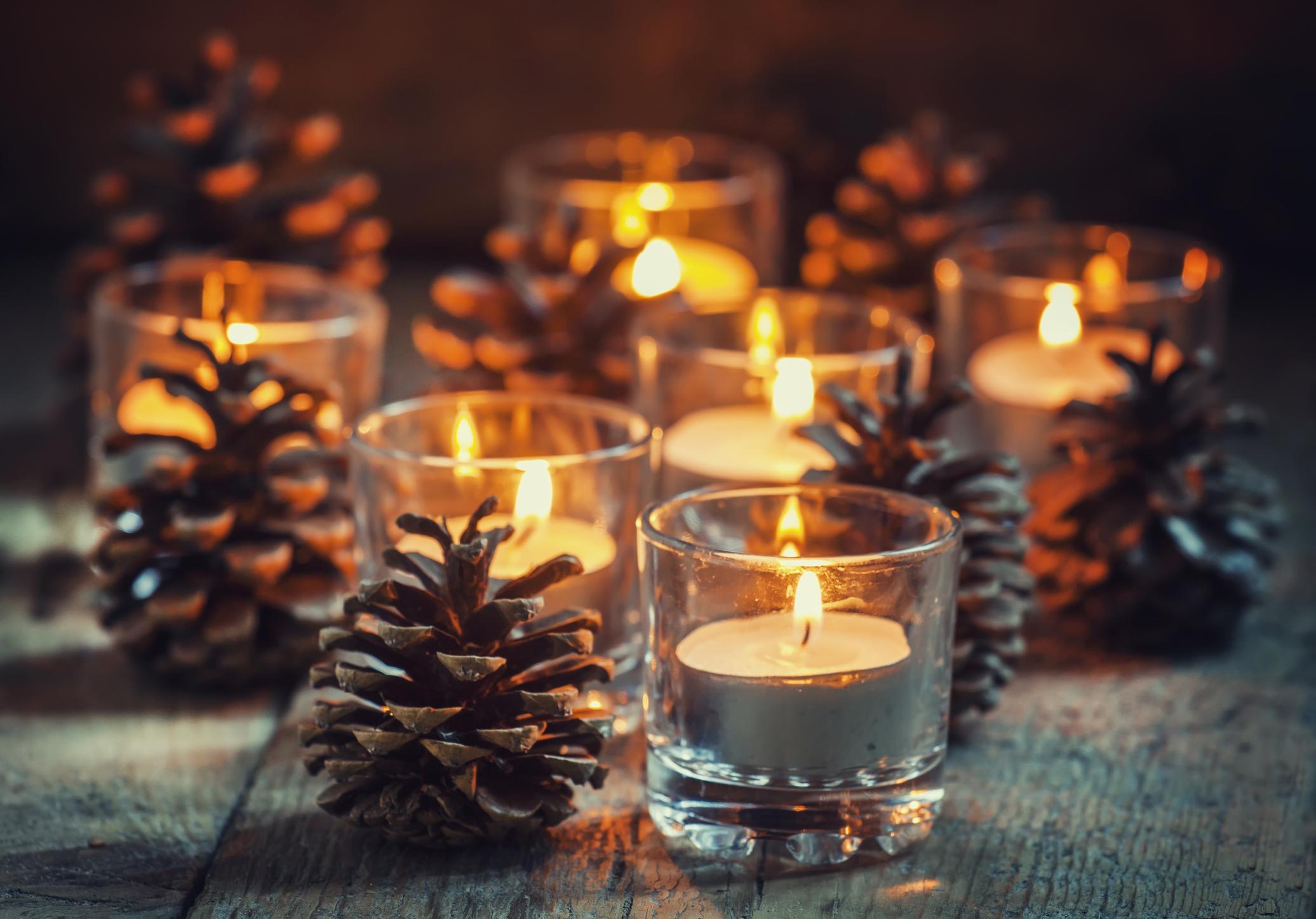 Ha nincs égősor, de mégcsak karácsonyi mécses sem, akkor a sima pohár egy-két erdő széléről szedett tobozzal megspékelve is megteszi!