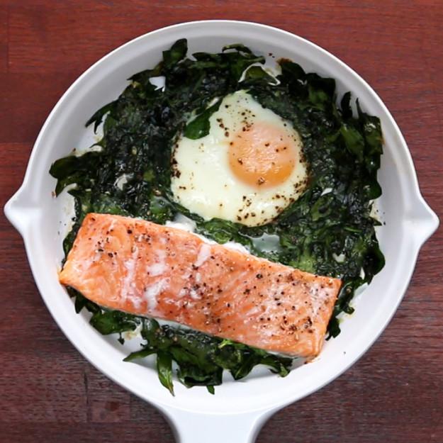 Fejedelmi reggeli: tojásos egytál lazaccal és spenóttal