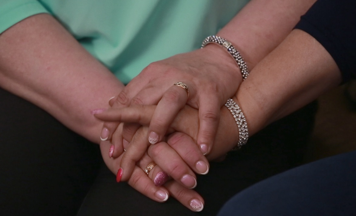 Megrázó találkozás - így öleli egymást a három nővér, akiket elszakított a sors