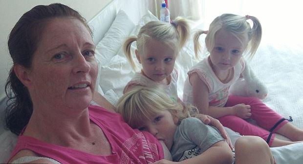 Öt éve szoptatja hármas ikreit a 47 éves ausztrál anyuka