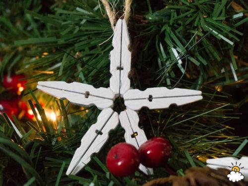 Szuperegyszerű és mutatós dísz a karácsonyfára, ruhacsipeszekből