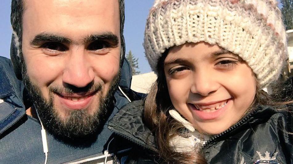 Bana és Hadi Alabdallah független szír újságíró a kislány megmenekülését követően (Fotó: Hadi Alabdallah/Twitter)