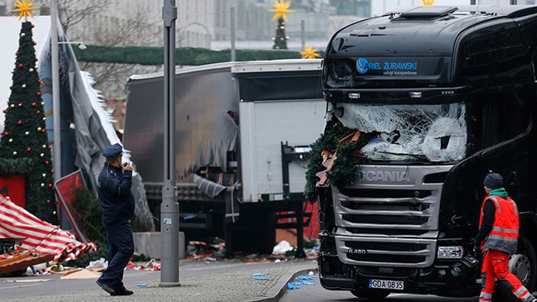 A lengyel rendszámú kamion hétfő este hajtott a berlini tömegbe (Fotó: Twitter)