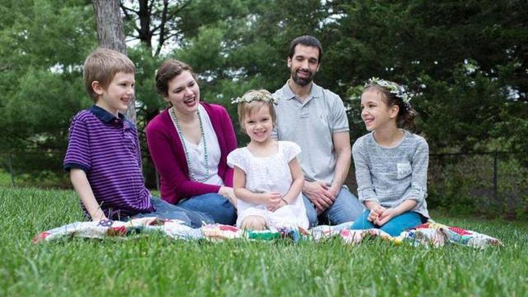Rachel Hillestad és férje Scott, három nevelt gyerekükkel