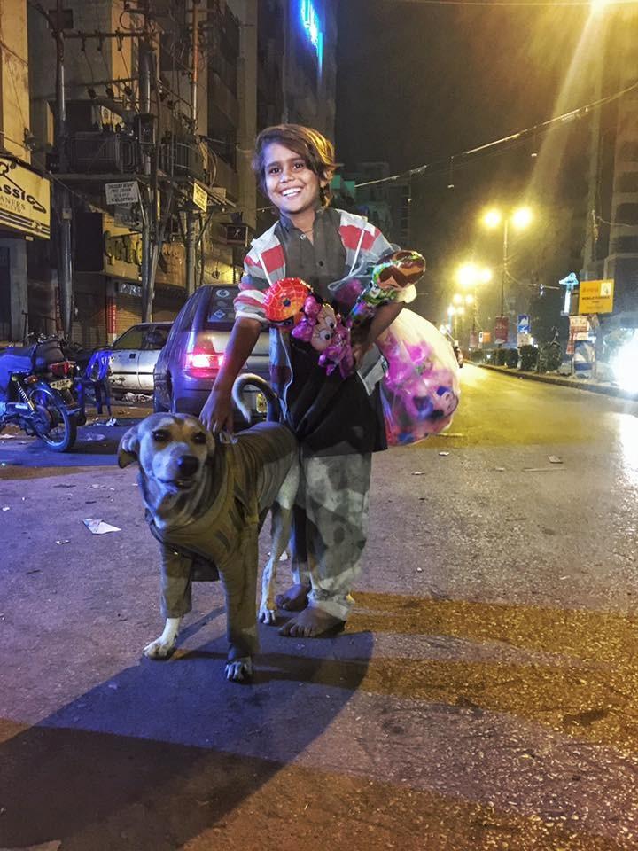 Megható: pulóvert ajándékozott a kóbor kutyának a kisfiú, akinek még cipője sincs