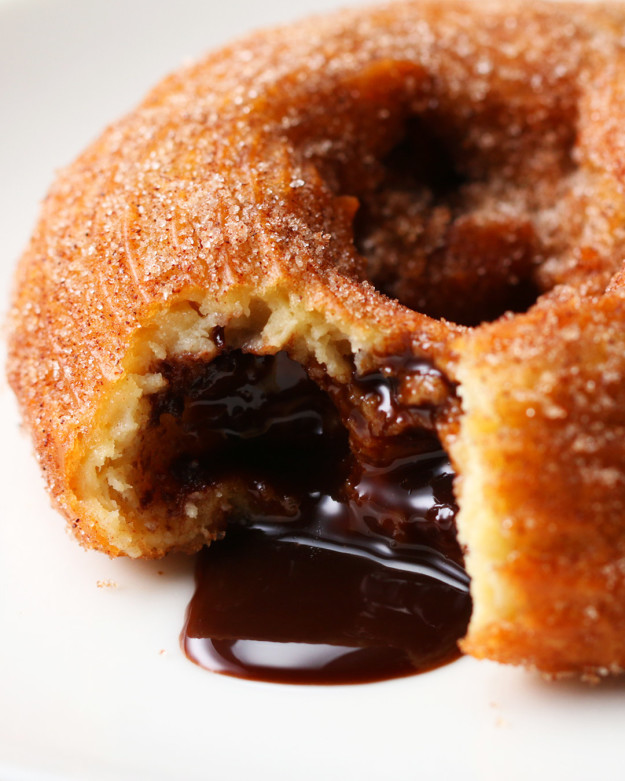 Te leszel a farsang sztárja, ha megsütöd ezeket a csokival töltött churros-fánkokat!