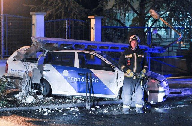 Villanyoszlop dőlt a rendőrautóra Budapesten