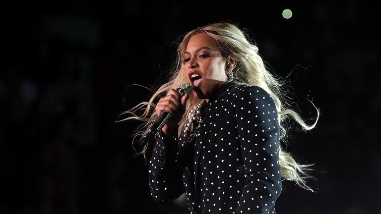 Beyoncé Hillary Clinton egyik kampányrendezvényén