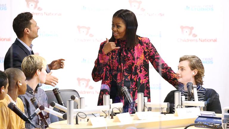 Michelle Obama beteg gyerekeket látogat
