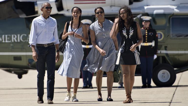 Barack, Malia, Michelle és Sasha Obama a Marine One elnöki helikopter előtt