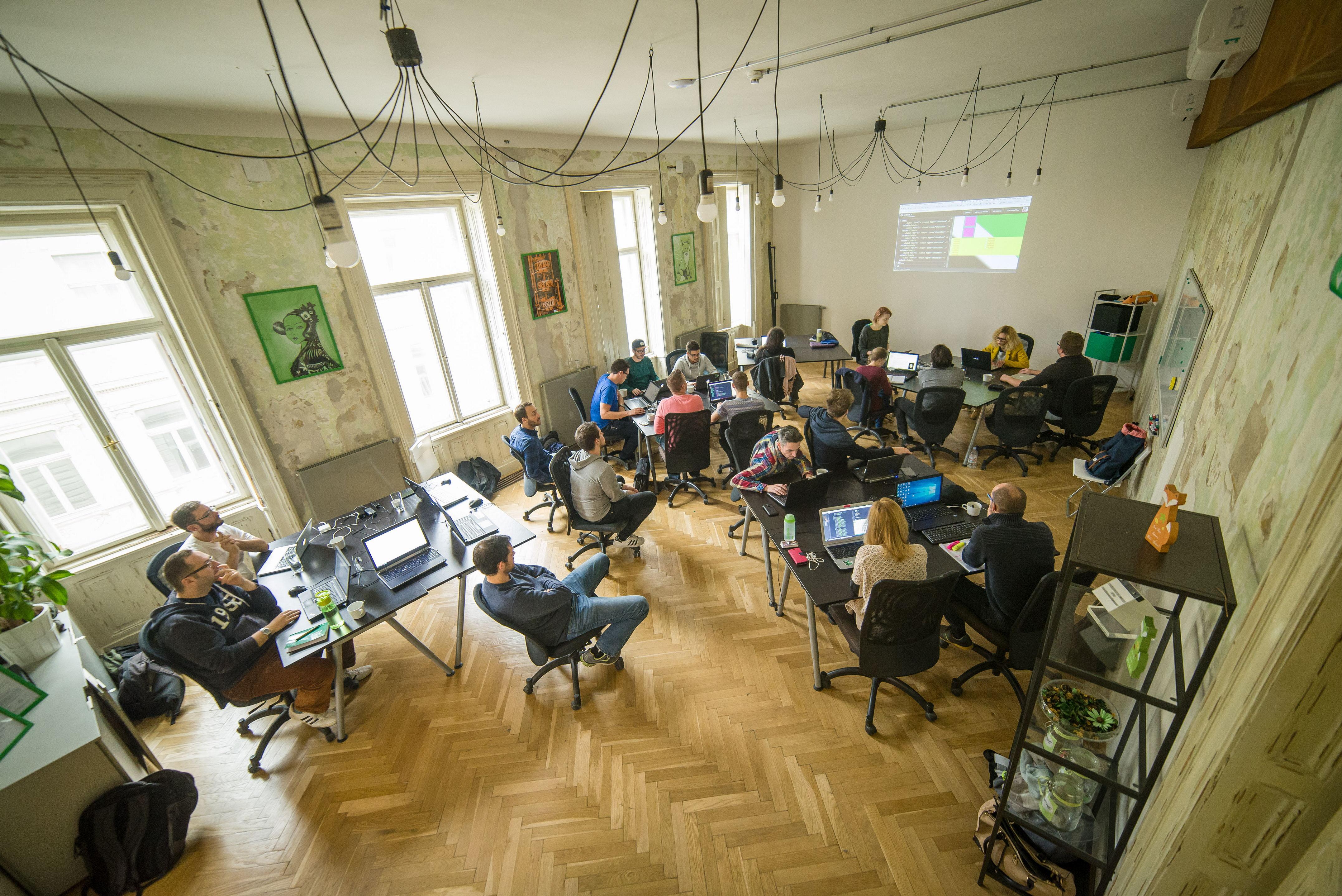 A workshopokon az IT-cégek munkamódszereit emulálják, a munka önállóan, kis csoportokban folyik (Fotó: Green Fox Academy)