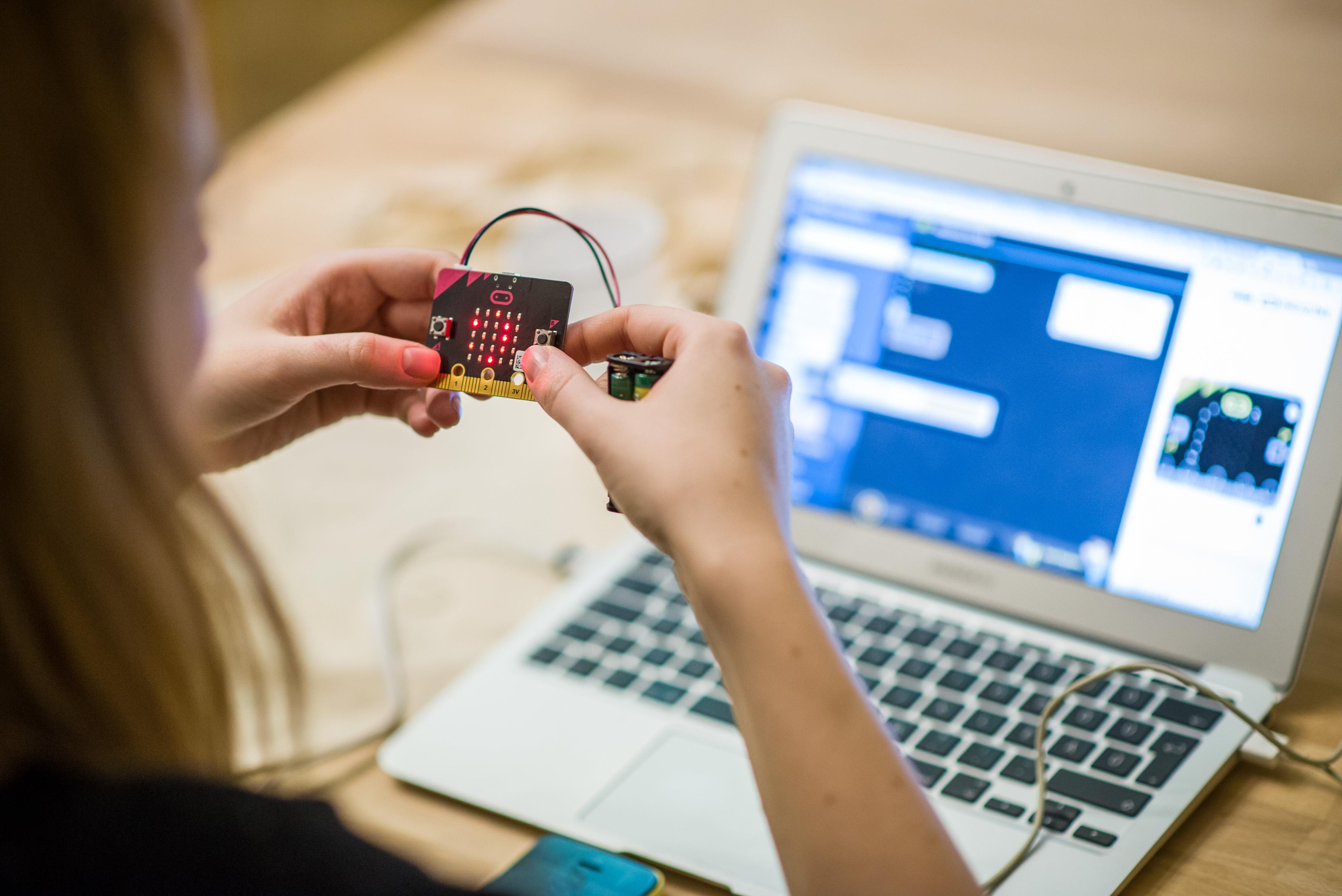 Szoftverfejlesztőnek de hardverprogramozónak is tanulhatnak a hallgatók (Fotó: Green Fox Academy)
