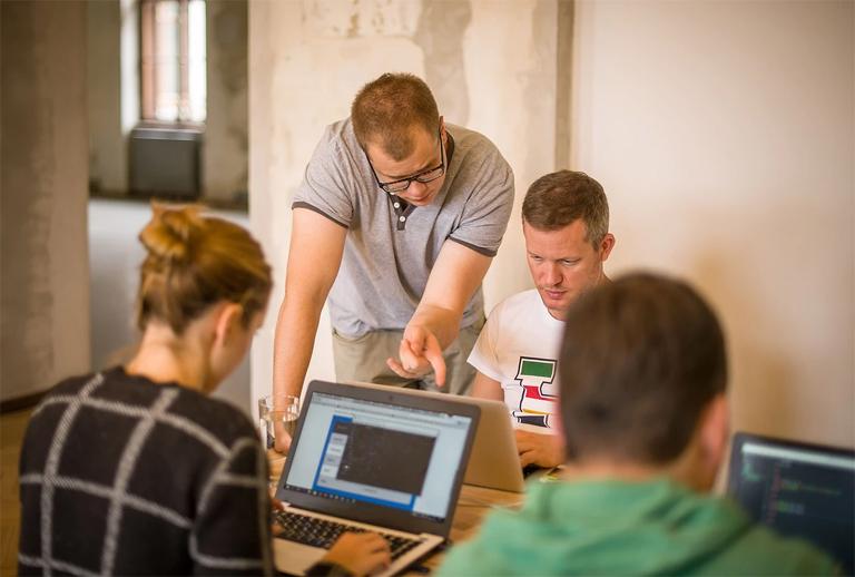 A mentorok körbejárva segítik a hallgatók munkáját (Fotó: Green Fox Academy)