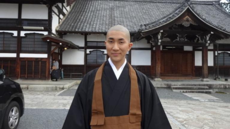 Imádja a net a buddhista szerzetest, aki szabadidejében híres sminkmester
