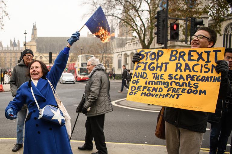 Egy nő uniós zászlót éget a Legfelsőbb Bíróság épülete előtt (Fotó: Leon Neal/Getty Images)