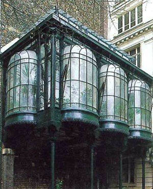 Ez a különleges üvegház Párizsban található, ez is megmenekült az enyészettől, egy hangulatos kis kávéház működik most benne.