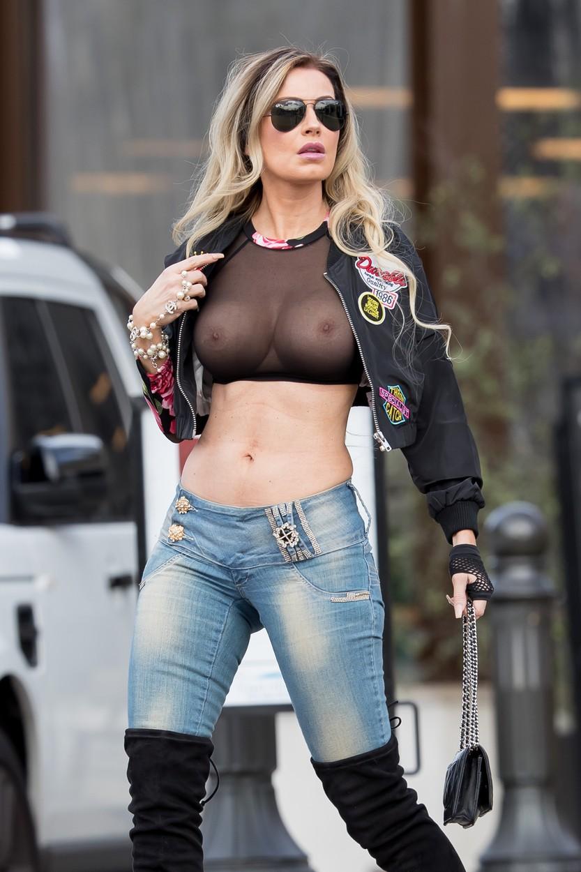 Ana Braga, az új Pamela Anderson, aki pucér keblekkel sétál az utcán - fotó